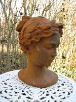 Öntöttvas női mellszobor
