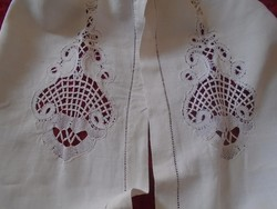 Vertical lace sheet end.
