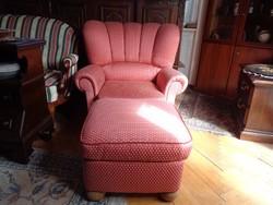 Nagyméretű legyező formájú fotel puffal