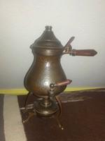 A  XX.szd első felében készült trébelt réz kávéfőző