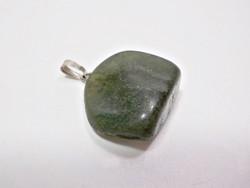 Zöld ásványból készült medál