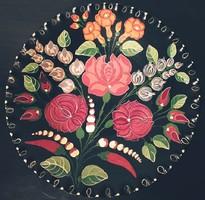 Kézműves virágos mintával díszített falitányér