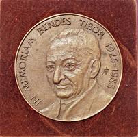 Á. F. jelzéssel bronz plakett