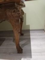 Faragott íróasztal oroszlánfej lábakkal