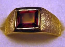 14 Kt sárga arany gránát férfi gyűrű