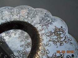 Cizellált stilizált növényi mintákkal,hullámos peremmel,ezüstözött tálka