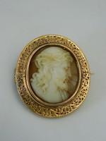 Antik féldrágaköves arany bross.