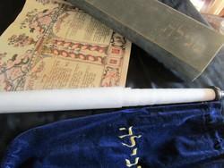 KÖNYVE TEKERCS PURIM  חמש מגילות RÉGI LITOGRÁFIA 430 CM TEKERCS HÍMZETT BÁRSONY TOK + DÍSZDOBOZ
