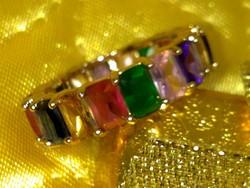 Gyönyörű arany ozott, színes drágakövekkel körben foglalt gyűrű