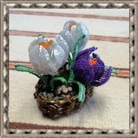 Gyöngyből készített jácint-krókusz fonott kosárban GYV21-1
