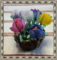 Gyöngyből készített jácint-krókusz fonott kosárban GYV21-4