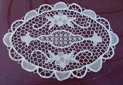Csipke terítő , kézimunka , tört fehér 33 x 23  cm.