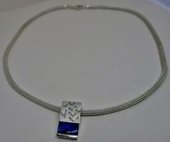 Gyönyörű ezüstnyaklánc élénk kék öntött üvegkövekkel