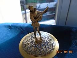 Aranyozott tömör réz Pierott figurával,niellós díszdoboz 3 lábon