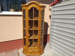 Eladó a képeken látható tölgy tálalószekrény.  Bútor Szép , újszerű  állapotban , karc mentes.