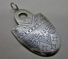 Különleges,régi vésett motívumos ezüst medál
