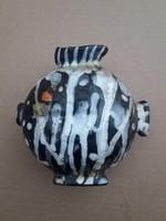 Gorka Lívia stilizált halformájú kerámia vázája .