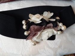 Alkalmi rugalmas fekete, virággal-gyönggyel díszített öv