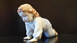 Zsolnay porcelán, mászó gyermek.