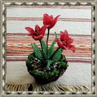 Gyöngyből készített tulipán fonott kosárban GYV26-1