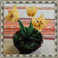 Gyöngyből készített tulipán fonott kosárban GYV26-1-2