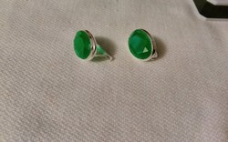 Smaragdzöld köves ezüst fülbevaló.