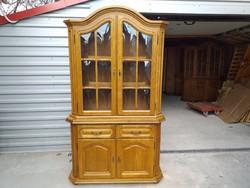 Eladó egy 2 fiókos, sok polcos, vitrines, tölgy  tálaló Bútor szép, újszerű állapotú, hibátlan.