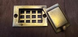 Régi,rácsos ajtó kukucskáló - kitekintő -