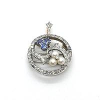 1502. Vintage Fehérarany Bross-Medál Gyémántokkal Kék Zafírral és Gyöngyökkel