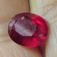 Ovális fazettált galambvér színű rubin drágakő (01)