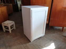 Régi vintage fa komód polcos kis egy ajtós szekrény