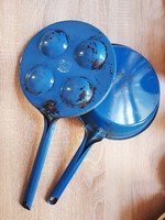 Élénk kék tarkedlisütő és palacsintasütő együtt