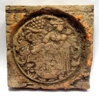 XVI. század végi reneszánsz Csempe dombormű címer díszítéssel 9,5x9,5 cm