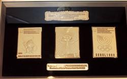 Szöuli Olimpia Limitált Kiadású Hivatalos Emléke 24k Aranyozott Kabala Plakát Embléma 1988