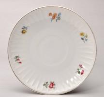 Hüttl Tivadar virágos bordázott süteményes tányérja. 16,3 cm