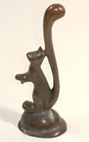 Bűbájos mini mókus bronz figura / szobor
