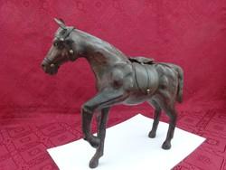 Faragott fa ló, eredeti  bőr bevonattal, hossza 31 cm, magassága 28 cm.