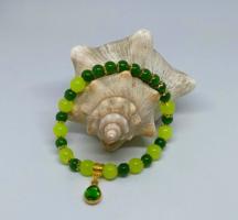 Természetes zöld jáde karkötő, 8 és 6 mm-s gyöngyökből, zöld CZ charmmal