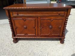 Eladó egy rusztikus koloniál komód. Bútor jó  állapotú, erős és stabil Méretei: 119 cm x 55 cm
