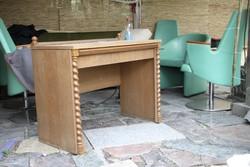 Koloniál jellegű kis asztal