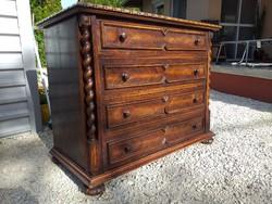 Eladó egy KÉZZEL KÉSZÍTETT, NAGY MÉRETŰ KOLONIÁL komód.( teljesen tölgy fából van ) Bútor SZÉP szép