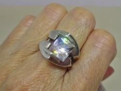 Különleges iparművész ezüstgyűrű fehér smaragd csiszolású kővel