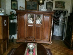 Lingel három ajtós szekrény.