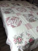 Szépséges rózsás patchwork ágytakaró hatalmas méret