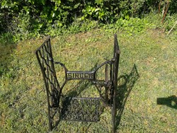 Singer, zinger varrógép állvány öntöttvas asztalnak akár kertbe is.