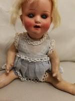 Baba Antik, Köppelsdorf. Porcelán, biszkvit. Mozgó szemű baba, édes pofija van, pirospozsgás.