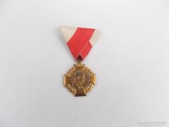 Ferenc József jubileumi kereszt kitüntetés udvari szalagon