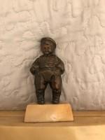 Márvány alapzaton bronz Népies  figura levéltartó vagy levélnehezék