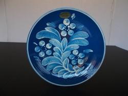 Mutatós kék színű jelzett kerámia fali tányér, 20 cm