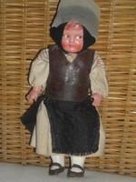Antik baba népi viseletben